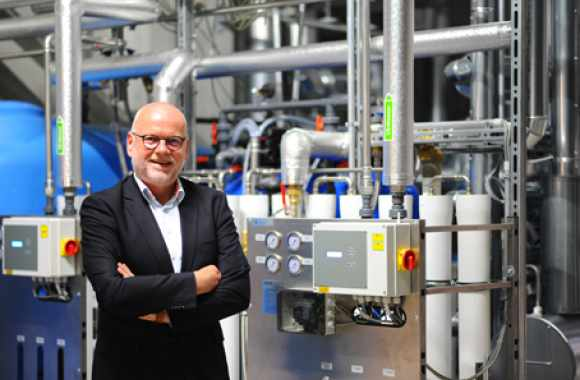 Dr. Thomas Baumgärtner in front of the new decentralised steam generation plant