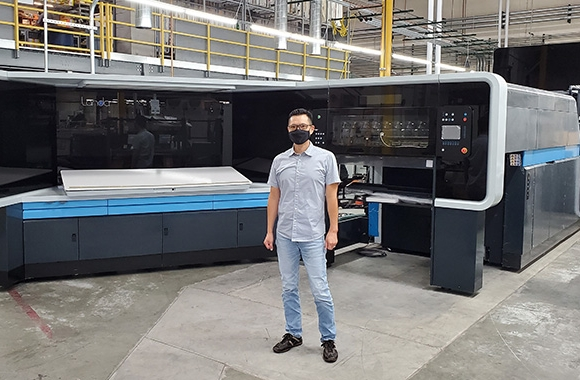 K-1 president Mike Tsai in front of the newly delivered Landa S10 nanographic printing press