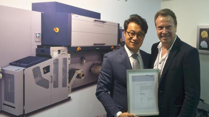 Junghun Park (left), DdP Story president, and Helmuth Munter, Helmuth Munter, labels and package printing segment manager at Durst