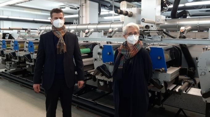 Brigitte Alers, managing director of bentlage-label GmbH (right) with Michael Koch from Heidelberg Germany (left) in front of the Gallus ECS 340
