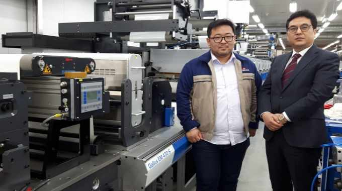 Sunghwan Jang (left), vice president at Fine Webtech Label Solution System, which has already installed its fourth machine from Gallus this year