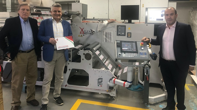 L-R: Pedro Huerta, Hans Ramon Hofmann and Cesar Dominguez from Manroland Latina with an OMET X6 machine