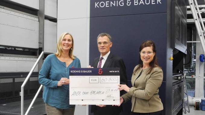 Carmen Heeg (left) a Doctors Without Borders volunteer, accepts the symbolic donation cheque from KBA's Claus Bolza-Schünemann (center) and Dagmar Ringel (right)