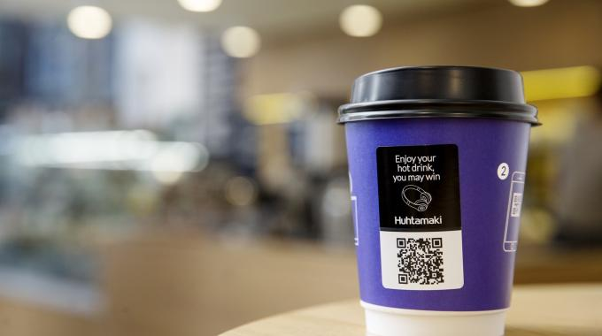 When a hot drink is poured into the Adtone cup, the heat activates the thermochromic printing on the label, revealing the unique QR code