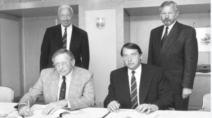 Signing of the first Labelexpo and Finat sponsorship agreement in 1991. At the signing were Harry van Eijk (seated left), Clive Smith (seated right), Mans Lejeune (standing left) and Mike Fairley