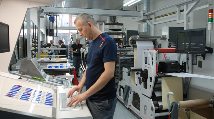 Helf Etiketten staff got acquainted to the new press thanks to the support offered by Chromos