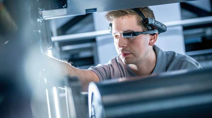 With the AR-DataGlass, Koenig & Bauer specialists are able to see and follow the actions of the technicians on site in real time while they work on the press