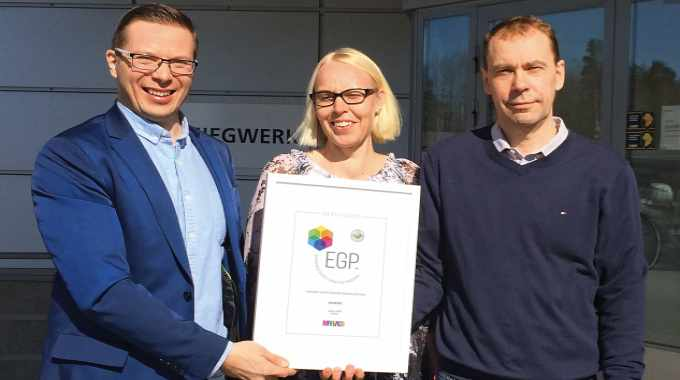 Pictured (from left): Tomi Havia from Marvaco awarding Satu Autio and Jukka Tervakoski from Siegwerk with the EGP certificate